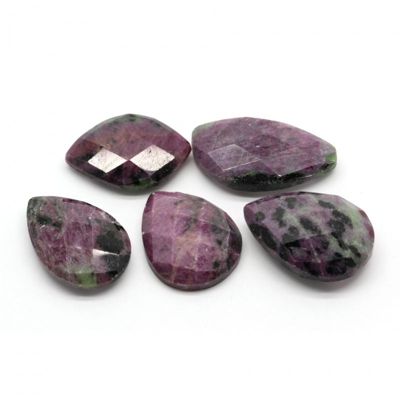 Cabochon Rubin in Zoisit 28-35 x 19-23 x 7-11 mm - Unicat